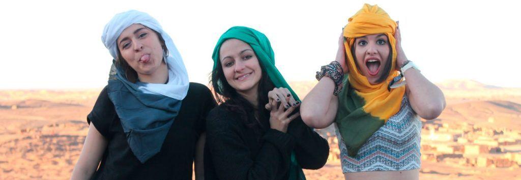 Chicas en el desierto sorprendidas por las ofertas de viajes