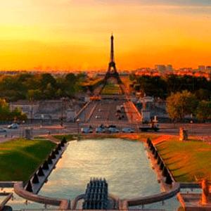 Atardecer en París, Francia con vistas a la Torre Eiffel
