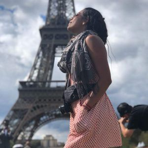Foto chica delante torre eiffel