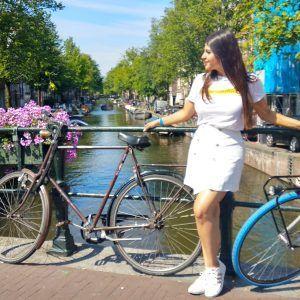 Foto chica vestido blanco amsterdam