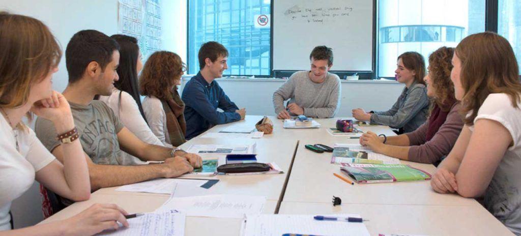 irlanda-atlantic-language-school-general-english-people-round-table