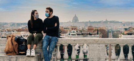 Italia Roma chicos con mascarillas