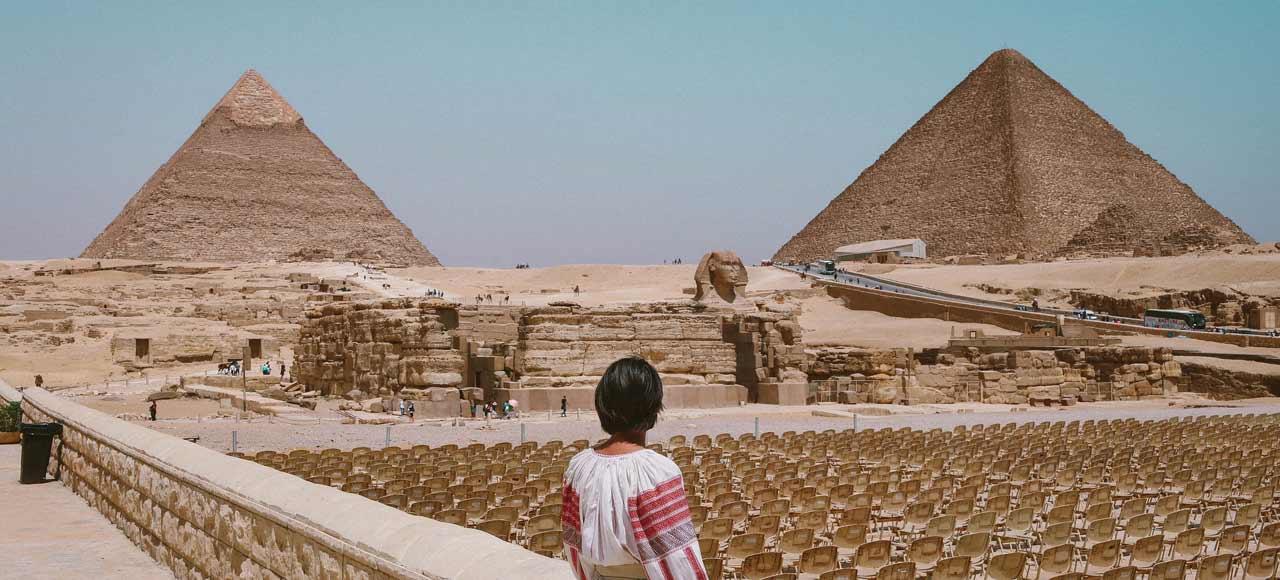 Egipto chica mirando a pirámides