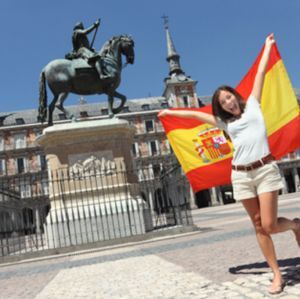 espana madrid bandera chica plaza mayor verano - copia-300x300